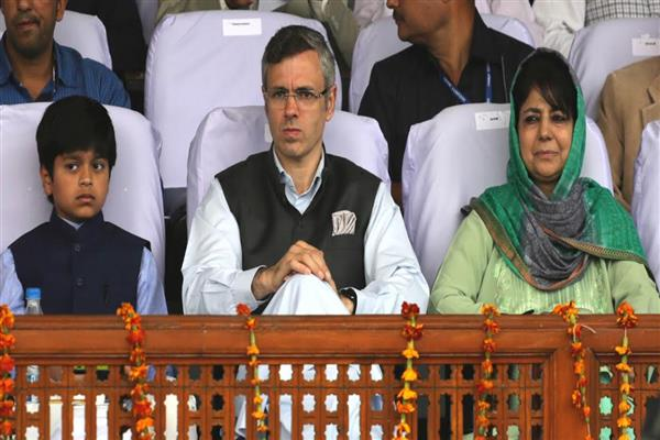 Article 35A : Omar slams Mehbooba for sharing power with BJP & seeking Oppn help | KNO