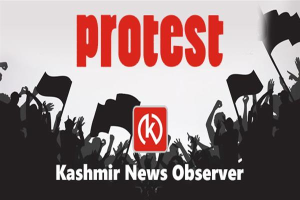 Sarpanchs, Panchs protest against district Admin | KNO